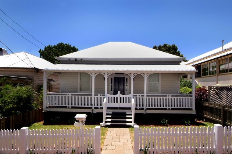 GODSALL STREET. SPARKLING QUEENSLANDER. VIEWS OVER THE PARK