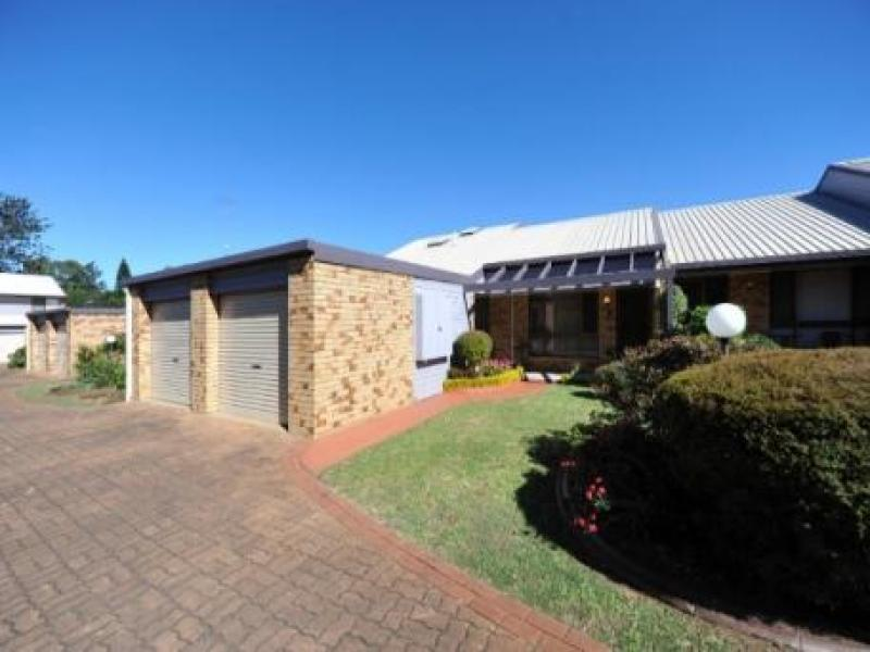 Newtown - neat unit near town