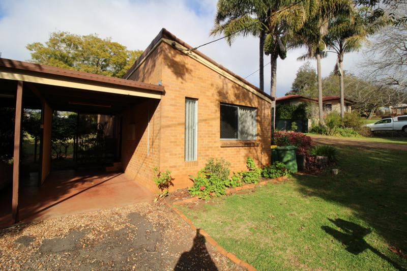 EAST TOOWOMBA. NEAT 2 BEDROOM UNIT. QUIET LOCATION.