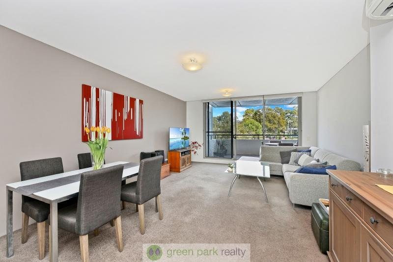 BEAUTIFUL AIR CONDITIONED 1ST FLOOR UNIT,  LOVELY VIEWS OVER PARKLANDS & MOMENTS TO SHOPS!