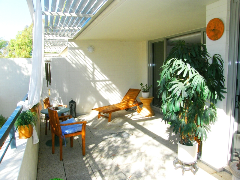 HUGE SUNNY TERRACE, PRIVATE STAIRS DIRECTLY ONTO PARK!