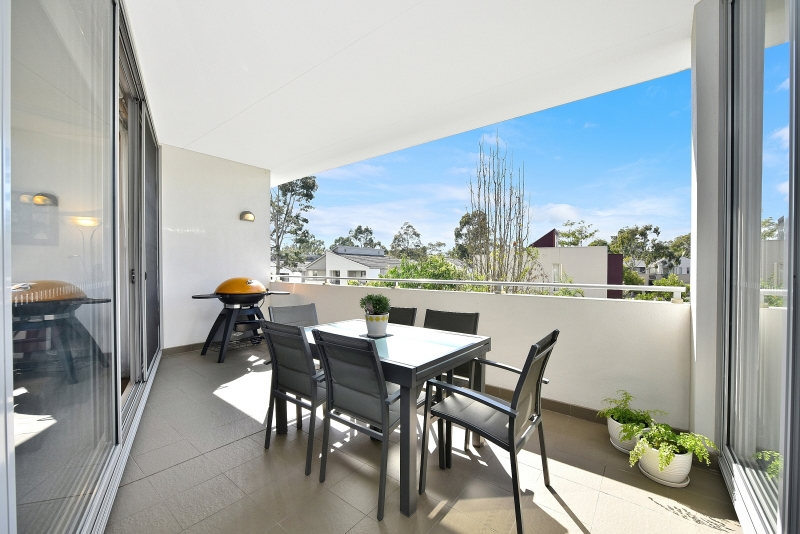STYLISH, MODERN 'AS NEW' AIR CONDITIONED UNIT IN RESORT STYLE COMPLEX, POOL & GYM!