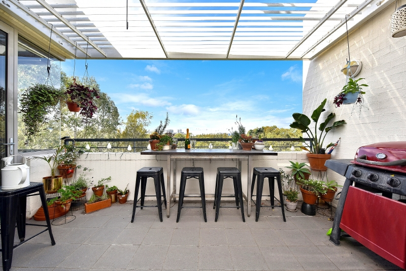 OUTSTANDING TOP FLOOR AIR CONDITIONED UNIT WITH LOVELY VIEWS OVER SYDNEY OLYMPIC PARK!