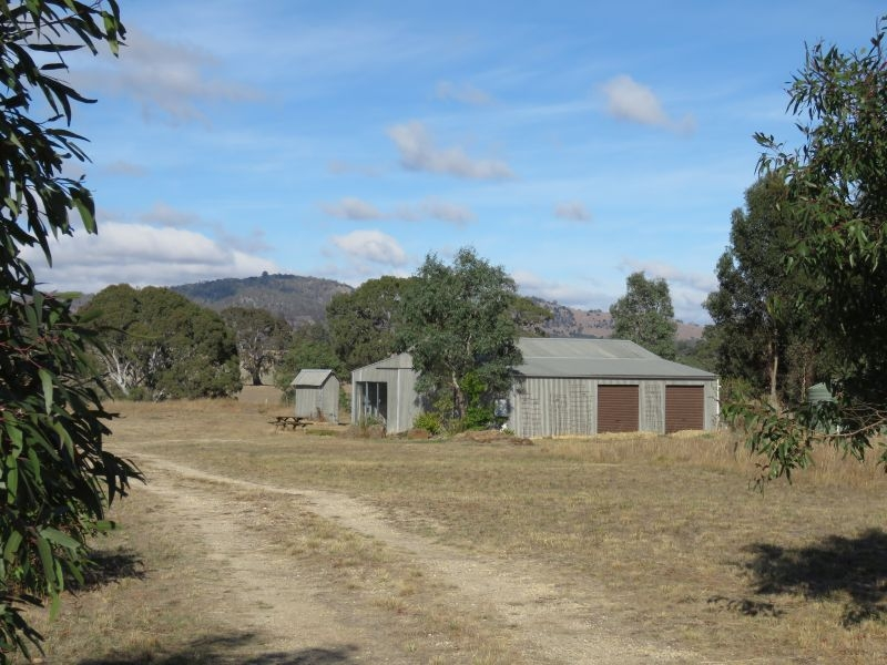 Weekender on 6 acres within minutes of Historic Clunes town centre