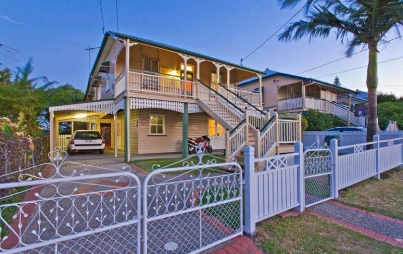 COORPAROO 7 MINS DRIVE TO BRISBANE CITY - RENOVATED QUEENSLANDER