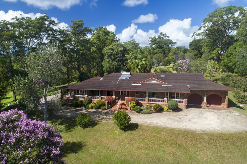Country Lifestyle - Well Presented Master-built Home - Acreage