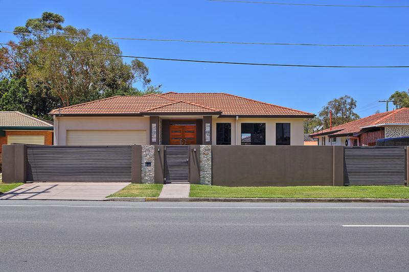 Family Home only 1 minutes drive to The Broadwater!
