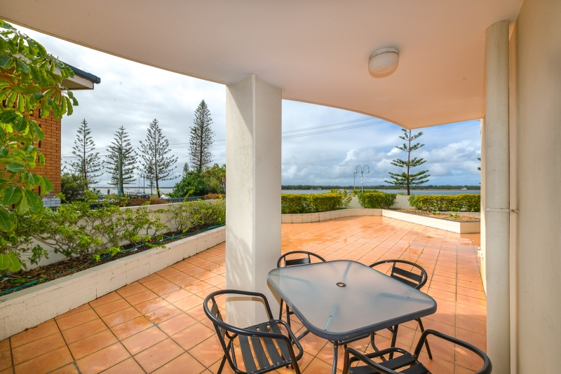 MAGNIFICENT GROUND FLOOR APARTMENT WITH BROADWATER VIEWS