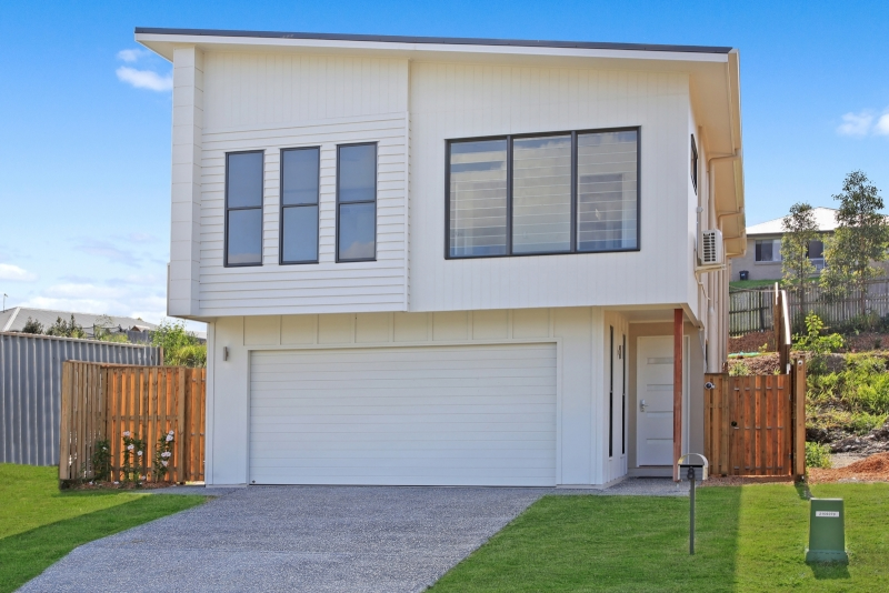 Large 5 Bedroom, Dual Living Family Home!