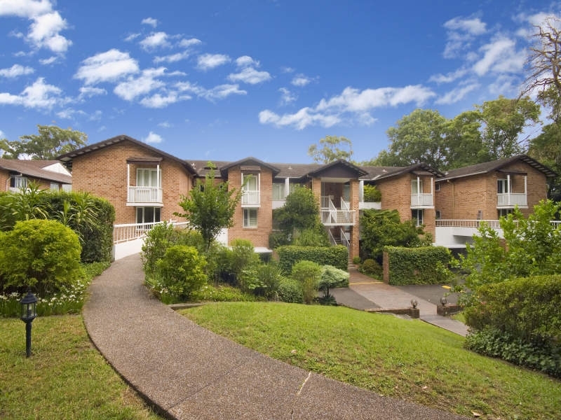 Large modern 2 bed unit in quiet location with leafy district views